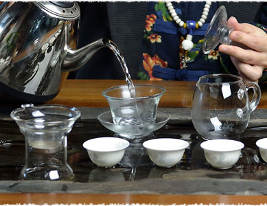 Rincez et préchauffez votre gaiwan avec de l'eau chaude.
