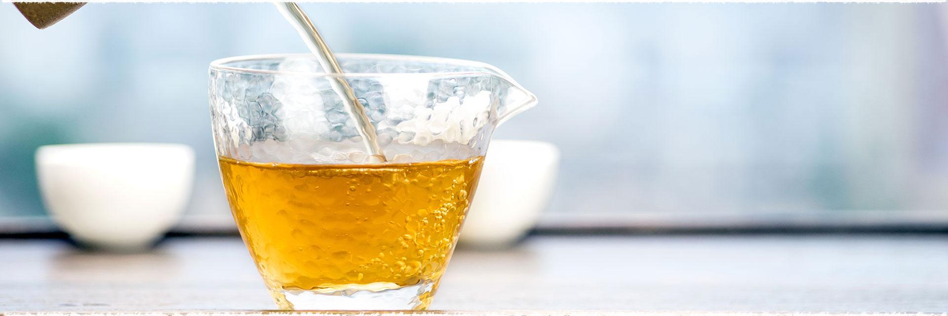 Prélever un morceau de PuErh dans votre galette, brique ou TuoCha.