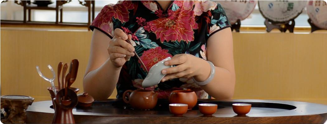 Prélever 10 à 12 g de Pu Er pour une théière Yixing